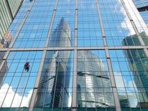 Одна из башен в Москв-городе и мойщике окон на ем Май 2016 Стоковое Изображение