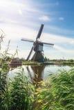 Одна из красивых голландских ветрянок на Kinderdijk Стоковая Фотография RF
