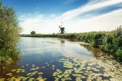 Одна из красивых голландских ветрянок на Kinderdijk Стоковое фото RF