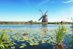Одна из красивых голландских ветрянок на Kinderdijk Стоковое Изображение