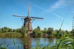 Одна из красивых голландских ветрянок на Kinderdijk Стоковая Фотография