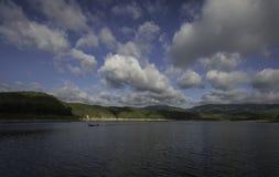 Одна длинн-замкнутая шлюпка в озере Стоковые Изображения