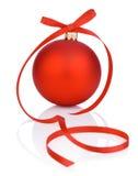 Одна красные шарик и лента рождества на белой предпосылке Стоковые Фотографии RF