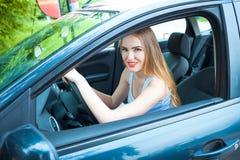 Одна маленькая девочка ехать автомобиль Стоковая Фотография