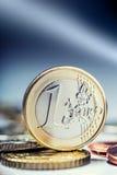 Одна монетка евро на крае Валюта денег евро Монетки евро штабелированные на одине другого в различных положениях Стоковые Фотографии RF