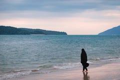 Одна мусульманская женщина отдыхая на пляже Стоковое фото RF