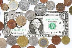 Одна долларовая банкнота и монетка Стоковые Фото