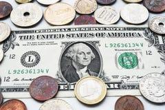 Одна долларовая банкнота и монетка Стоковые Фотографии RF
