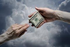 Одна долларовая банкнота предложения 100 руки к другим Стоковая Фотография RF