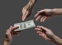Одна долларовая банкнота предложения 100 руки к другим Стоковые Фотографии RF