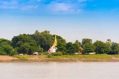 Одна пагода на банках реки Irrawaddy, Мандалая, Мьянмы, Бирмы Скопируйте космос для текста стоковые фотографии rf