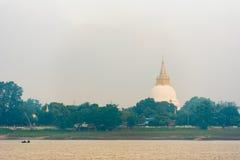 Одна пагода на банках реки Irrawaddy, Мандалая, Мьянмы, Бирмы Скопируйте космос для текста стоковая фотография rf