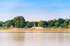 Одна пагода на банках реки Irrawaddy, Мандалая, Мьянмы, Бирмы Скопируйте космос для текста стоковое фото