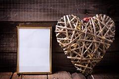 Одна пустая золотая рамка и декоративное сердце с fairy светом o Стоковые Изображения RF