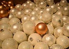 Одна различная безделушка рождества среди всех декоративных белых безделушек Стоковое Фото