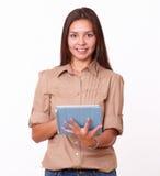 Одна дружелюбная девушка используя ее ПК таблетки Стоковое Изображение
