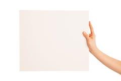 Одна рука держа большую белую часть картона Стоковое Фото