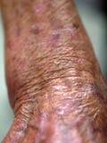 Одна рука пожилой женщины Стоковая Фотография RF