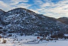 Одна солитарная хата в горах Стоковое Изображение RF