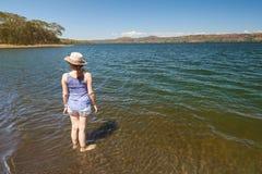 Одна стойка девушки на воде лагуны Стоковые Фотографии RF
