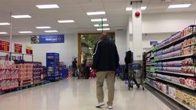Одна сторона входа мола в магазин Walmart сток-видео