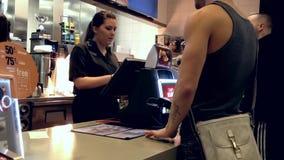 Одна сторона кассы на McDonald сток-видео