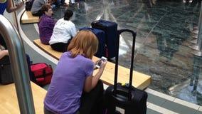 Одна сторона крупного аэропорта с людьми принимает остатки сток-видео