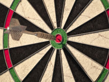 Одна стрелка ударенная на dartboard Стоковые Изображения