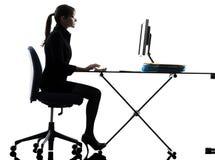 Силуэт компьютера женщины дела вычисляя печатая на машинке Стоковые Изображения