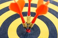 Одна цель при 3 стрелки дротика ударяя яблочко Стоковые Фотографии RF