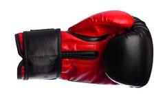 Одна черная и красная перчатка бокса на белой предпосылке Стоковое Изображение RF