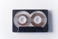 Одна черная магнитофонная кассета на белой предпосылке стоковое фото rf