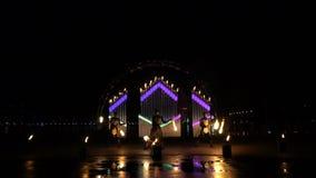Одновременный танец с огнем poi в темном городе видеоматериал