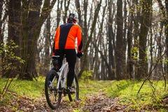 Одноколейный путь катания велосипедиста горного велосипеда Стоковая Фотография
