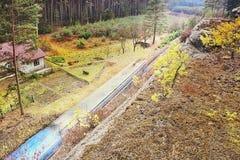 Одноколейный путь 080 с сосновым лесом поезда ведущим загадочным в зоне kraj Machuv в чехии Стоковая Фотография