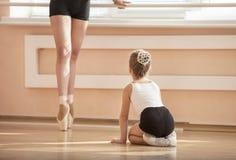 Одноклассник beginner девушки наблюдая стоя pointe en Стоковая Фотография