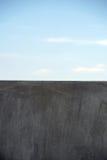 Однотиповый серый край стены стоковые фото