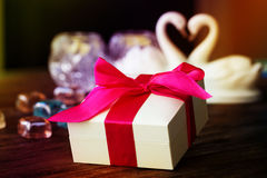 Одно большое белое взгляд сверху подарочной коробки на деревянной предпосылке Стоковое Фото