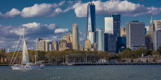 Одно всемирный торговый центр, 'башня свободы' и sailaboat, взгляд Нью-Йорк взгляд Нью-Йорка портового района Нью-Йорка Нью-Йорка Стоковое Изображение