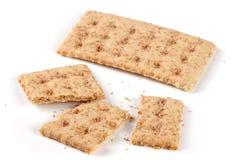 Одно все и сломленные crispbreads зерна на белой предпосылке Стоковые Изображения