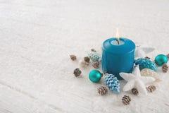 Одно горящая свеча пришествия в бирюзе, коричневое и белизне красят f Стоковое Изображение RF