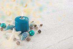 Одно горящая свеча пришествия в бирюзе, коричневое и белизне красят f Стоковое Фото