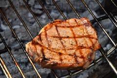 Одно готовое стейка мяса сваренное на гриле Стоковые Фотографии RF