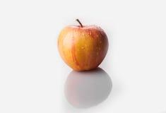 Одно желтое яблоко с падениями воды Стоковые Изображения RF