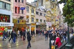 Одно из Turkey' s большинств известная улица Istiklal улицы Стоковое Изображение RF