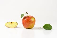 Одно и квартальные яблоки Стоковая Фотография