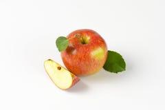Одно и квартальные яблоки Стоковая Фотография RF