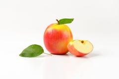 Одно и квартальные яблоки Стоковые Изображения