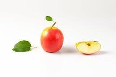 Одно и квартальные яблоки Стоковое Изображение