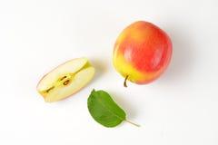 Одно и квартальные яблоки Стоковые Изображения RF